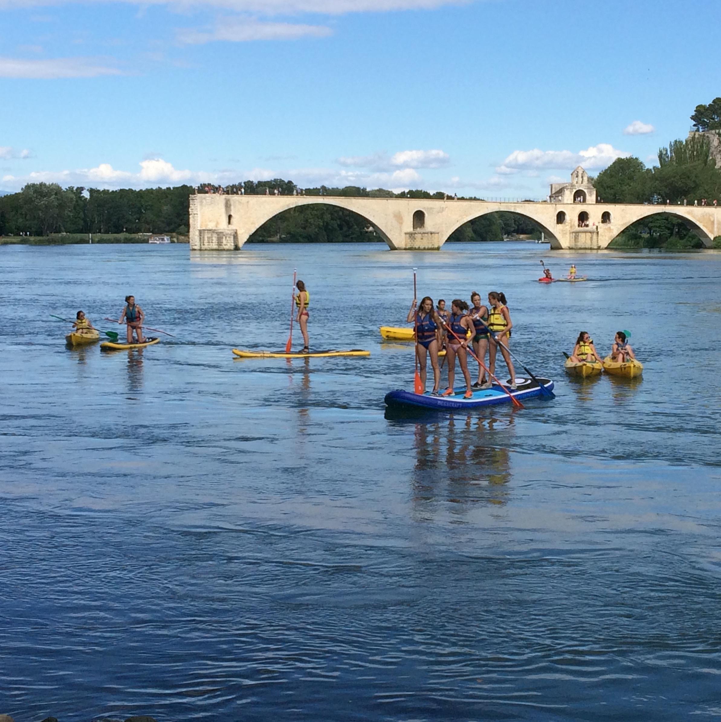 Paddle et canoës sous le Pont d'Avignon